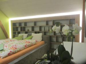 Bücherregal mit dimmbarer LED-Beleuchtung